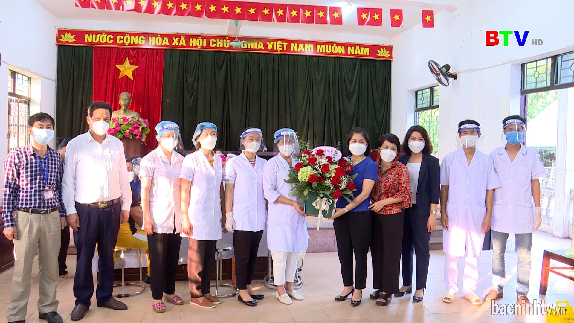 Hội LHPN tỉnh thăm, tặng quà y, bác sĩ tiêm văc-xin tại Tiên Du và Quế Võ